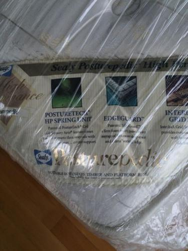 1 YEAR OLD SEALY POSTUREPEDIC KING SIZE MATTRESS FOR