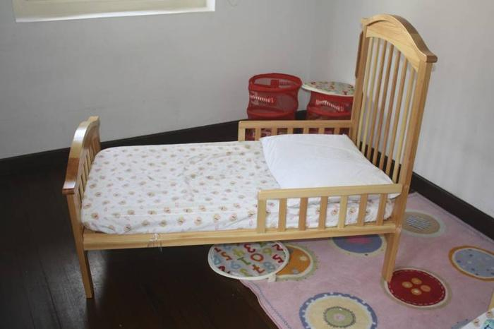 Convertible baby crib/toddler bed