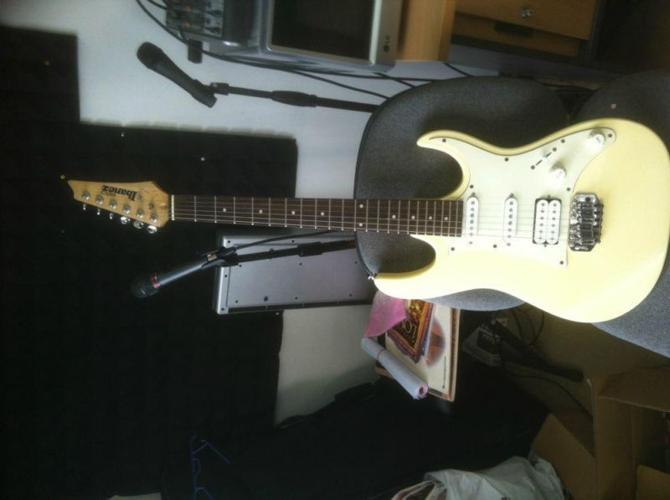 WTS: Ibanez White Elect Guitar Gio N427 with Randall