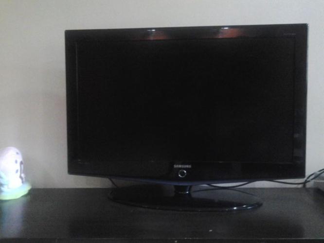 SAMSUNG LCD TV in mint condition Model: LA40R71BAX