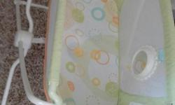 Fisher Price Rock n Play bassinet in excellent