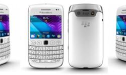 Selling a set of white Blackberry Bold 9790. Selling it